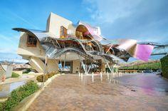 ¿Eres un amante del vino y del enoturismo? ¡Estás de suerte! Hoy te traemos al blog las 8 bodegas más originales del mundo. Lugares impresionantes para caminar entre los campos de viñedos, disfrutar de los mejores vinos y contemplar la bella y singular arquitectura de sus instalaciones.  Índice1 Hotel Marqués de Riscal – España2 …