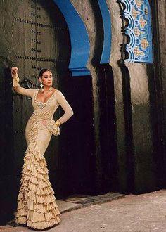 Los diseños de gitana de Vicky Martín Berrocal, Fotos: Vicky Martín Berrocal. Classic beige flamenco dress.