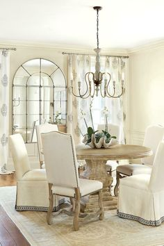 Sweet #FrenchCountry dining room. Dining Room Table Centerpieces, Dining Chairs, Dining Table, Dining Rooms, Round Dining, Small Dining, Room Chairs, Centerpiece Ideas, Oak Table