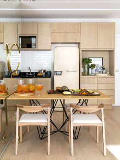 Cozinha com piso, armários e móveis de madeira