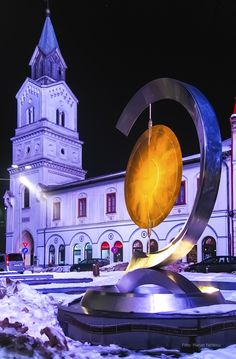 Turnul bisericii Baratia luminata mov noaptea vazut dinspre magazinul Cocor. © Marian Nedelcu