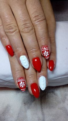 Paznokcie na Święta: 20 Super Modnych Inspiracji na Świąteczny Manicure