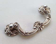 Vintage Bail Shabby Chic Drawer Pulls Handles / Antique Silver Drop Dawer Pull Cabinet Handle Furniture Door Hardware 0044 Material: zinc alloy Color:Antique Silver Measurements: Length: Width: Hole Spacing (Center to Center): When installed the knob