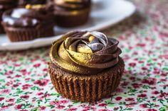Узнайте, как приготовить очень вкусные шоколадные капкейки с вишней и кремовой шапочкой в виде розочки! Подробный мастер-класс с пошаговыми фото!