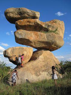 Roches équilibrage au Zimbabwe sont l'esthétique parce qu'ils sont tout à fait unique . Ils sont gros comme des voitures et a trouvé dans des formes bizarres parfaitement en équilibre sur le dessus de l'autre . Ils peuvent être trouvés dans la campagne dans Zimbabwe. Est-ce que cette photo vous faire remettre en question les lois de la gravité?  campagne➜countryside équilibrage➜balance