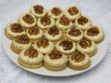 Poľovnícke orechové gombíky Christmas Goodies, Christmas Baking, Tiramisu, Peanut Butter, Muffins, Cheesecake, Biscuit, Food And Drink, Banana