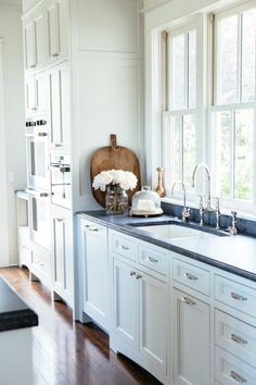 10 Favorite Kitchens with Soapstone Countertops - Design Chic 10 Favorite Kitchens with Soapstone Countertops<br> Versatile, heat resistant and oh-so-beautiful, soapstone is perfect for countertops. Take a look at our ten favorite kitchens with soapstone. Soapstone Counters, Soapstone Kitchen, Butcher Block Countertops, Kitchen Countertops, Dark Counters, White Shaker Cabinets, White Kitchen Cabinets, Kitchen Shelves, Layout Design