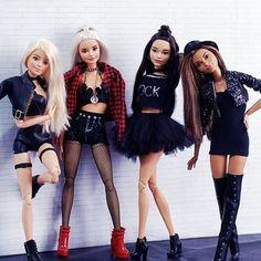 Semana que vem estaremos de volta, bêxu. - Expolore the best and the special ideas about Fashion dolls Barbie Rapunzel, Barbie Y Ken, Barbie Toys, Barbie Life, Barbie Dress, Barbies Dolls, Sock Dolls, Bratz Doll, Bjd Dolls