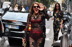 """Anna Dello Russo sábado em Milão, onde acompanha a semana de moda masculina: Logo atrás dela está Viviana, uma de suas top assistentes, toda trabalhada na estampa… Guardadas as devidas proporções, Anna é praticamante… a Lady Gaga das semanas de moda!!!!!! Todos aguardam ansiosamente (inclusive esta que vos escreve) pelos seus looks: """"o que será …"""