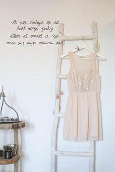 Witte ladder en lichtroze jurkje