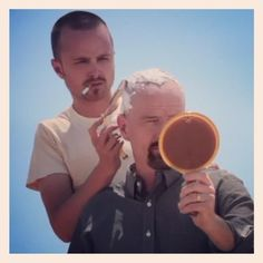 Aaron Paul (Jesse Pinkman) and Bryan Cranston (Walter White) on the set of Breaking Bad. Disney Channel, Cartoon Network, Breaking Bad Movie, Jesse Pinkman, Aaron Paul, Bryan Cranston, Cinema, Walter White, Great Tv Shows