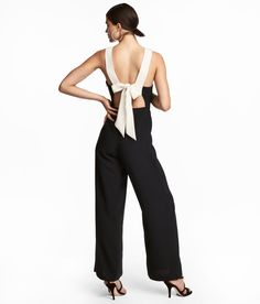 Jumpsuit in woven fabric with contrasting straps. Concealed zip at waist, cut-out section at back with ties, and a seam at waist with side pockets. H&m Sale, Smart Styles, H&m Online, Stage Outfits, Black Jumpsuit, Fashion Online, Ideias Fashion, Black Women, Kids Fashion