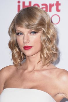 Celebrity hairstyles fall 2014 that you can take to the hair salon. From Taylor Swift to Emma Stone, here are the best celebrity hairstyles. Celebrity Short Hair, Celebrity Hairstyles, Bob Hairstyles, Jennifer Aniston, Blond Beige, Lady Bob, Look Star, Taylor Swift Hair, Platinum Blonde Hair