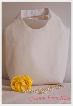 Bolso de mano confeccionado en tela color perla estampada en blanco, reforzado con entretela, interior forrado en color blanco.Dimensiones: Ancho 30 cm, Alto 40 cm, profundidad 12cm. Precio: 15 Euros. Gastos de envío: 6,50 Euros