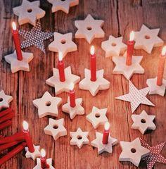 Bougeoirs en plâtre coulé dans des formes à biscuits