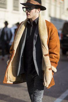 Depois de Londres e Florença , o FFW segue seu giro de street style pelo mundo e chega até Milão para flagrar os melhores looks e tendências vistos fora das passarelasdurante a temporada masculina de Inverno 2016 internacional. + Italianos apostam em chapéus e alfaiataria xadrez para encarar o inverno + Tons terrosos fazem a cabeça dos fashionistas em Londres Admirados nos quatro cantos do planetapelo seu estilo único, os milaneses mostraram que a tendência esportiva chegou mesmo