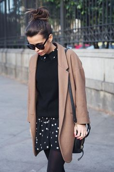 20 (estilosas) maneras de llevar un abrigo camel. Black star print dress+black sweater+black tights+camel coat+black shoulder bag+sunglasses. Winter Smart Casual Outfit 2017