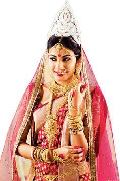 #BengaliBride with white crown, Benarasi sarre, and Head to Toe Golden #Jewelries