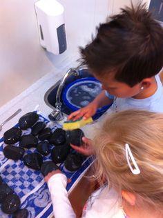 Een heerlijk therapeutisch werkje voor onrustige of nieuwe kleuters is stenen wassen.