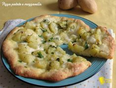 PIZZA CON PATATE E MOZZARELLA #pizza #patate #mozzarella #vegetariana #vegetarian #potatoes #ricetta #recipe #foodporn http://blog.giallozafferano.it/ilchiccodimais/pizza-con-patate-e-mozzarella-ricetta-semplice/