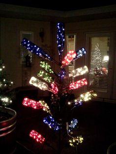 Bottle Tree all dressed for Christmas Wine Bottle Trees, Wine Bottle Art, Bottle Wall, Bottle Lights, Wine Bottle Crafts, Blue Bottle, Wine Bottles, Glass Bottle, Glass Garden Art