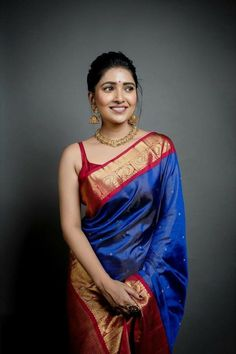 We've watched an Indian movie even once in our lives and we've all been charmed with these colorful traditional outfits, saree styles. Trendy Sarees, Stylish Sarees, Indian Bridal Outfits, Indian Designer Outfits, Silk Saree Blouse Designs, Stylish Blouse Design, Saree Trends, Dress Indian Style, Indian Wear