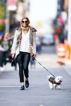 Olivia Palermo in a white knit sweater with a mink fur coat and black leather pants matched with double-buckle leather shoes finishing her look with a black lea Milan Fashion Weeks, New York Fashion, London Fashion, Emilio Pucci, Olivia Palermo Street Style, Olivia Palermo Fur, Olivia Palermo Outfit, Leather Jeggings, Monk Strap Shoes