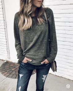Are you looking for fall fashion ideas? Do you need fall outfit ideas? Do you want to know what fall fashion is trending? Mom Outfits, Casual Fall Outfits, Sport Outfits, Cute Outfits, Fall Fashion Trends, Fashion Ideas, Fashion Inspiration, Fashion Bloggers, Sweaters And Jeans