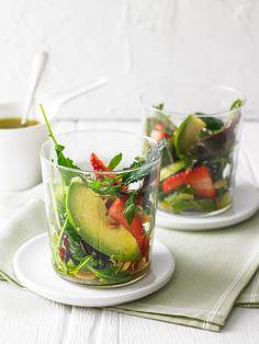 Avocado - Erdbeer - Salat mit Ingwer Dressing, ein sehr schönes Rezept mit Bild aus der Kategorie Früchte. 111 Bewertungen: Ø 4,2. Tags: Früchte, Frühling, kalt, Salat, Salatdressing, Vegetarisch, Vorspeise
