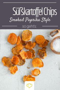 Auch aus der süßen Schwester der Kartoffel lassen sich knusprige Ofenchips zaubern. Schnell selbst gemacht und gewürzt mit Rauchpaprika, bringen diese Süßkartoffel Chips neue Aromen in die Knabberschüssel, die an ein amerikanisches BBQ erinnern.