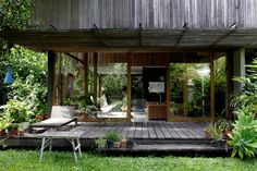 Une maison en bois entourée de verdure