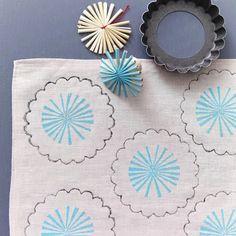 Hello people!   Achei na internet 11 ideias bacanudas de fazer estampas em tecidos, a partir de carimbos com objetos que temos em casa.  Po...