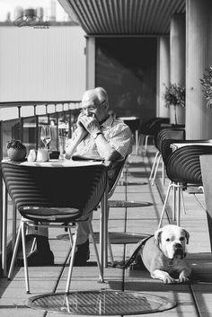 #picoftheday #schwarzweiß #blackandwhite #germany #streetphoto #phone #dog #mann #nice #dudla #visuelleneugier #vogtland #plauen #streetfotografie #streetphotography