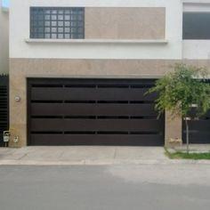 Puerta privada de garage con barras horizontales gruesas para dar privacidad