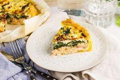 Recept voor zalmquiche voor 4 personen. Met zout, olijfolie, peper, bakpapier, zalmfilet, spinazie, melk, ei, feta, bladerdeegvel, ui en knoflook