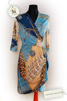 Wiosenna sukienka w odciniach błękitu, granatu, złota i beżu w rozmiarze M. Francuska marka Alain Murati. Rękaw 3/4, zbierana z przodu na wysokości talii.
