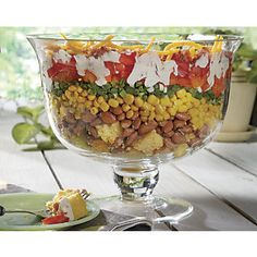 Cornbread Salad Pull out your favorite large clear bowl and layer up cornbread and veggies to make this salad that is as delicious as it is pretty. Ranch dressing and a sprinkle of crumbled bacon and grated cheddar cheese finishes the dish. Salad Bar, Side Salad, Soup And Salad, Summer Recipes, Great Recipes, Favorite Recipes, Healthy Recipes, Party Recipes, Cornbread Salad Recipes