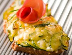 Tartines gratinées aux courgettes #recette #bruschetta Plus de recettes ici : http://www.ilgustoitaliano.fr/recettes/rechercher/keys-bruschetta