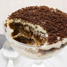 Healthy Dessert Ideas : – Image : – Description Try this yummy & guilt-free Skinny Tiramisu using angel food cake and chocolate pudding -Read More – Sharing is power – Don't forget to share ! Desserts Pauvres En Calories, Low Calorie Desserts, Köstliche Desserts, Low Calories, Angel Cake, Angel Food Cake, Sweet Recipes, Cake Recipes, Dessert Recipes