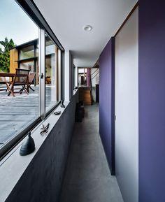 玄関・廊下・階段のデザイン:半地下のアトリエとプライベート空間に続く廊下をご紹介。こちらでお気に入りの玄関・廊下・階段デザインを見つけて、自分だけの素敵な家を完成させましょう。