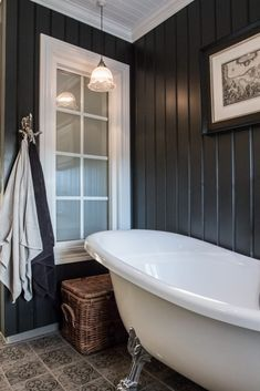 Lekkert bad med tømmervegg – Nr 14 – Interiørhjelp