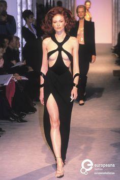 Kim Kardashian Shines in Vintage Mugler at the 2019 Hollywood Beauty Awards Cute Fashion, 90s Fashion, Runway Fashion, Fashion Art, High Fashion, Fashion Show, Vintage Fashion, Fashion Looks, Fashion Outfits
