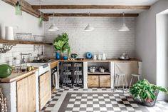 Fronty kuchenne, stoły, ława wykonane są z bardzo starego drewna.