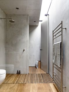 Beach Ave / Schulberg Demkiw Architects #banheiro #madeira #deck #cimentoqueimado #bathroom #wood #cement #shower #lighting