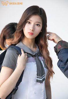 Aww this is so cute . Kpop Girl Groups, Korean Girl Groups, Kpop Girls, Nayeon, Sana Kpop, Asian Woman, Asian Girl, Sana Cute, Sana Minatozaki
