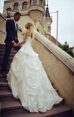 Lindsay Salij-Siemons en haar man hebben deze schitterende foto laten maken op de trappen van het Efteling Theater