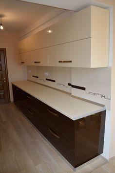 Mobila Bucatarie Maro Inchis Kitchen Pantry Design, Kitchen Cabinet Layout, Modern Kitchen Cabinets, Interior Design Kitchen, Kitchen Furniture, Kitchen Decor, Moduler Kitchen, Modern Kitchen Interiors, Contemporary Kitchen Design