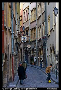 Calle estrecha en la ciudad vieja.  Lyon, Francia