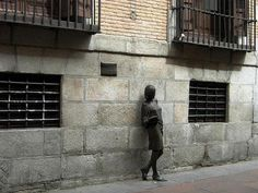Julia, la estudiante de bronce de Malasaña nacida de una leyenda de Madrid Skyline, Spain, Home, Statues, Sculptures, Student, Bronze, Monuments, Legends
