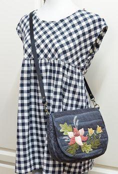 最近貼花貼上癮了,找一塊特殊的底布更能襯托花朵的姿態     背面有個外拉鍊袋     貼花加點刺繡顯得更精緻些     裡面一個拉鏈袋一個開放袋     尺寸:寬約23.5cm, 高約19.5cm,
